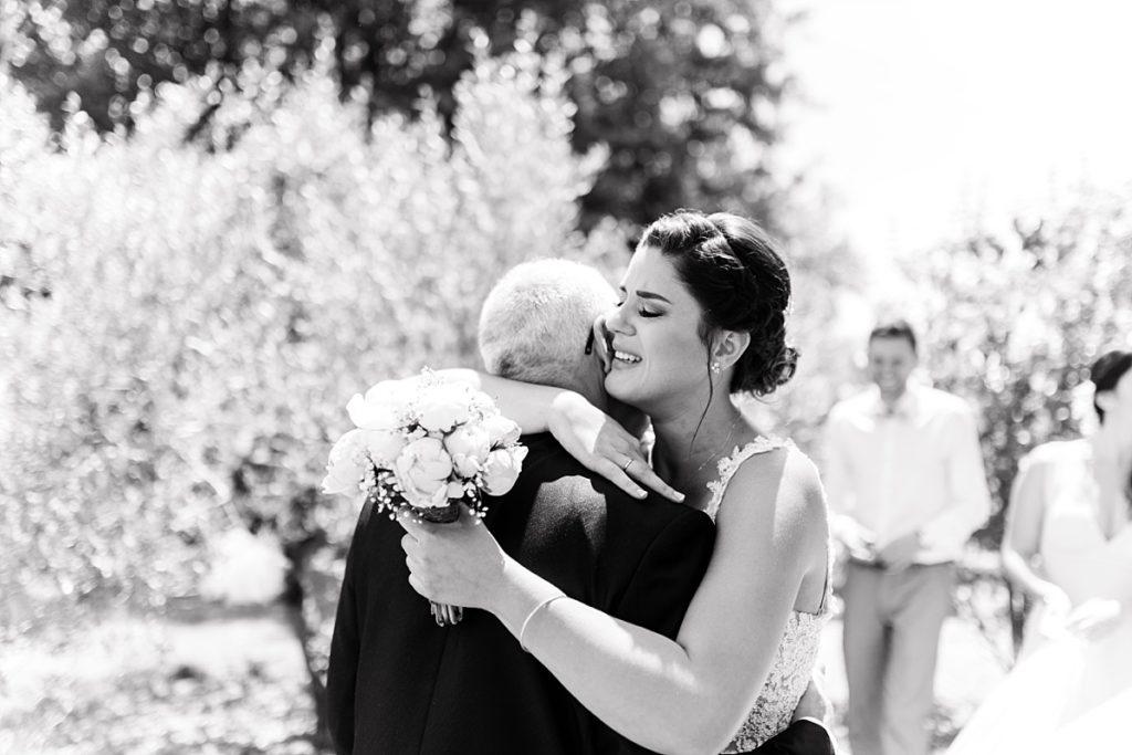La mariée serre fort dans ses bras en pleurant d'émotion son père lors de la découverte le jour de son mariage à Manosque
