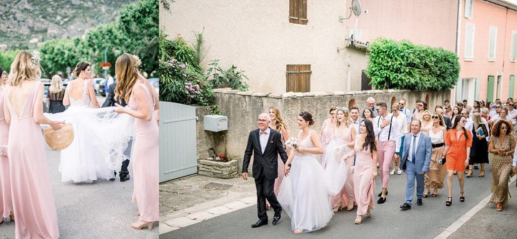 Les mariés et les invités marchent en cortege de la mairie de Volx à l'église vers Manosque