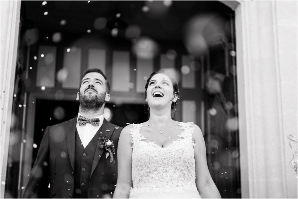 Sortie d'église sous les confettis pour le mariage de Lara et Joao à côté de Manosque