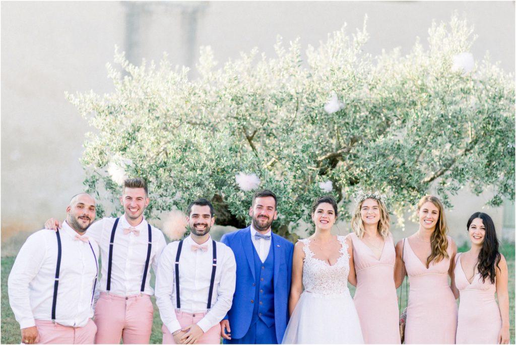 Photos de groupe avec les témoins et demoiselles d'honneur lors d'un mariage à Manosque et Valensole