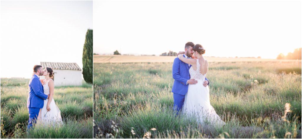 Les mariés sont face à face et s'embrassent lors du shooting couple le jour de leur mariage à Valensole