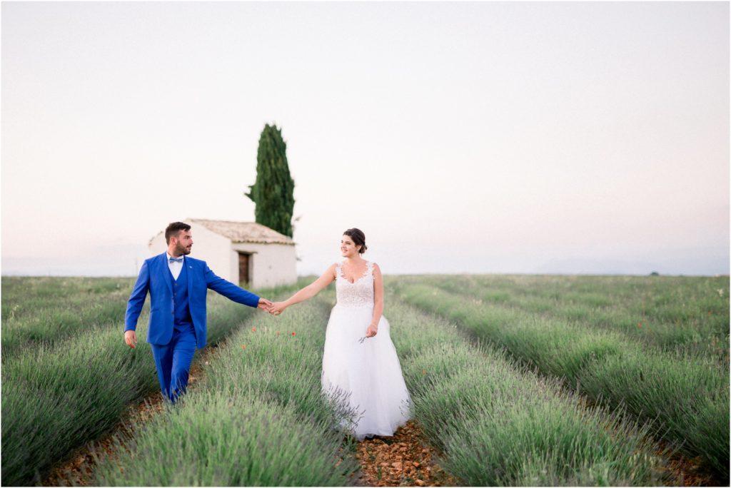 Seance photo de couple dans les champs de lavande à Valensole