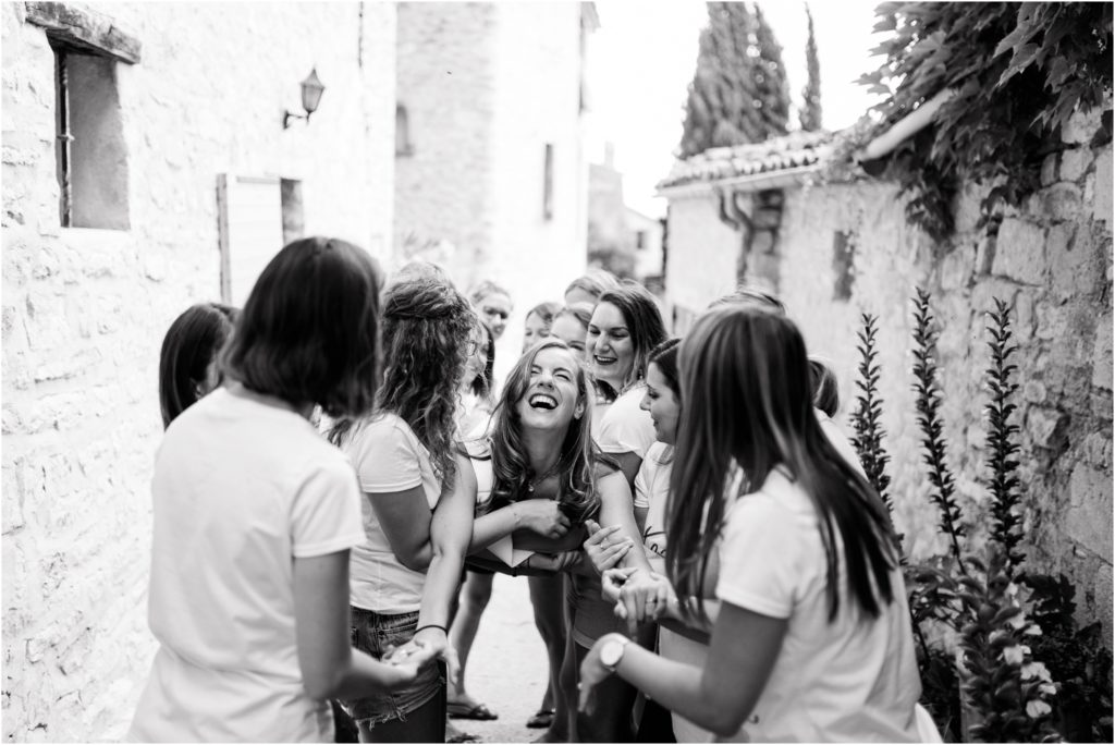 Fous rires entre la future mariée et ses amies qui la portent lors d'une séance photo EVJF à Manosque