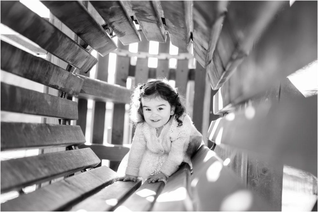 Petite fille qui rentre dans un jeu de parc lors d'une séance photo famille entre Pertuis et Manosque