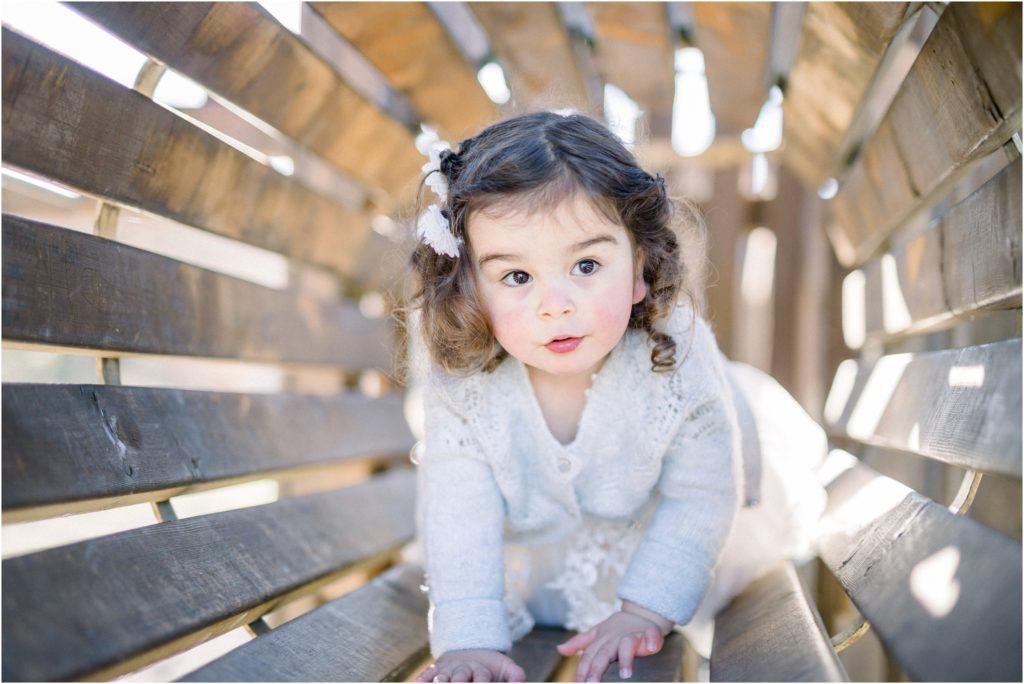 Petite fille qui avance dans un jeu de parc lors d'une séance photo famille entre Pertuis et Manosque