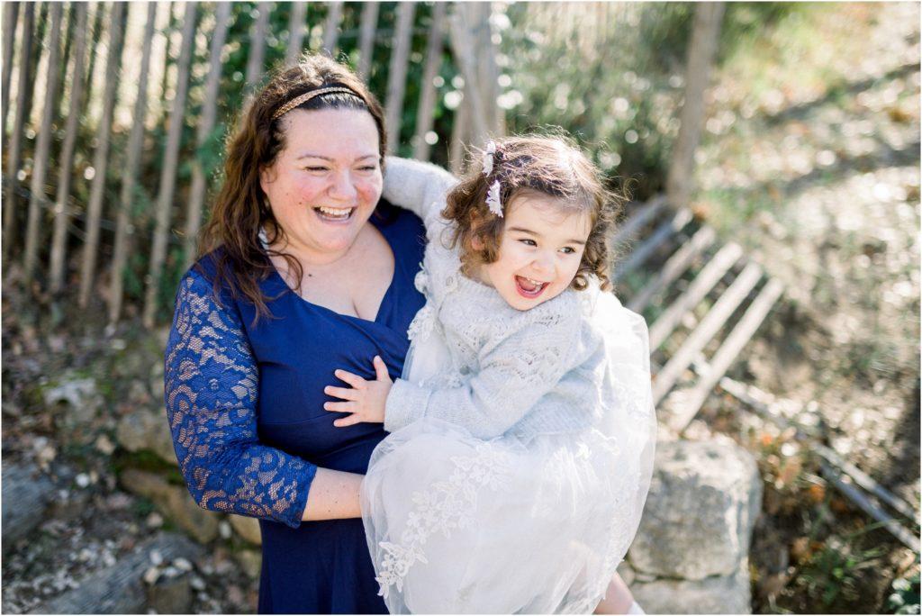 Seance photo famille vers Pertuis où la maman et sa fille rigolent