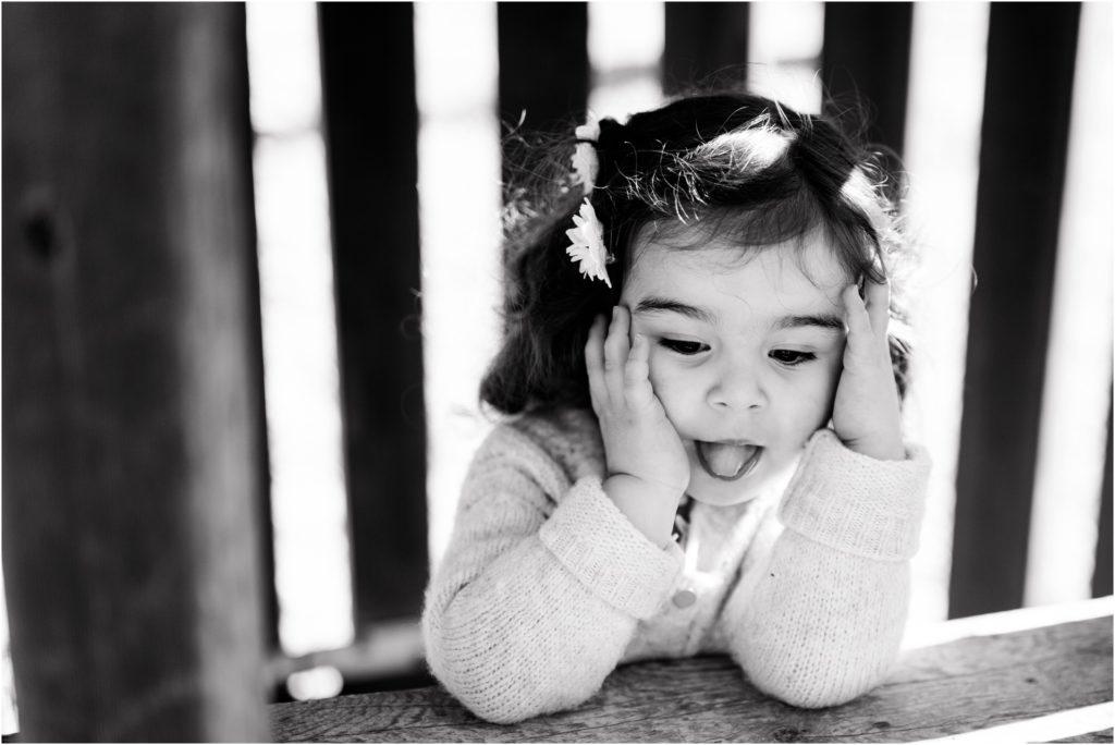 Seance photo petite fille qui tire la langue