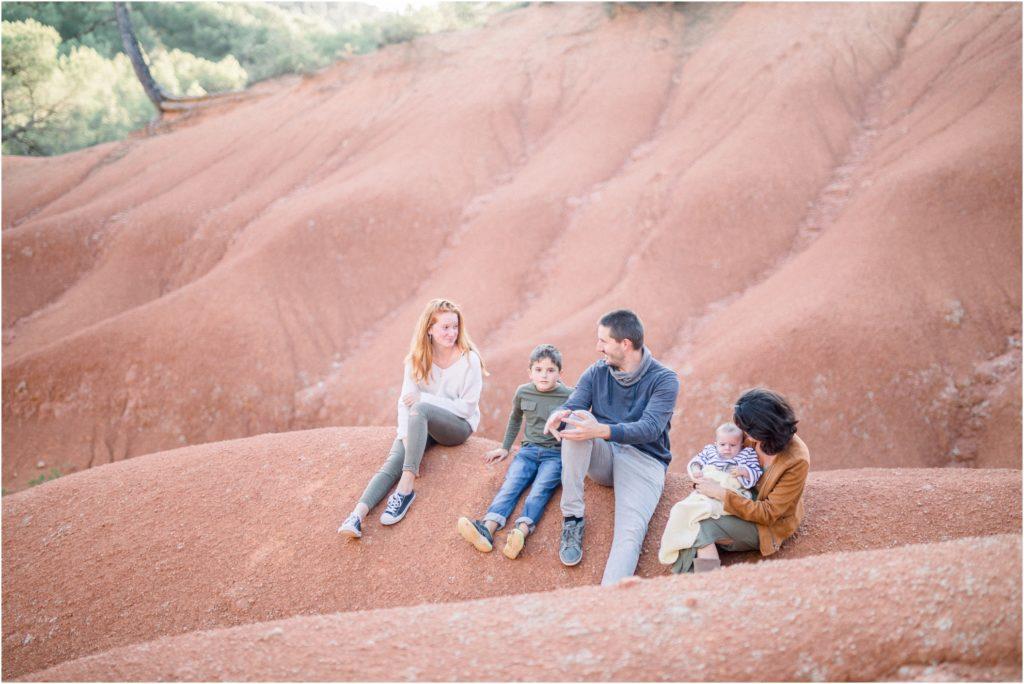 Shooting famille bébé Aix en Provence avec ses parents et la fratrie en exterieur