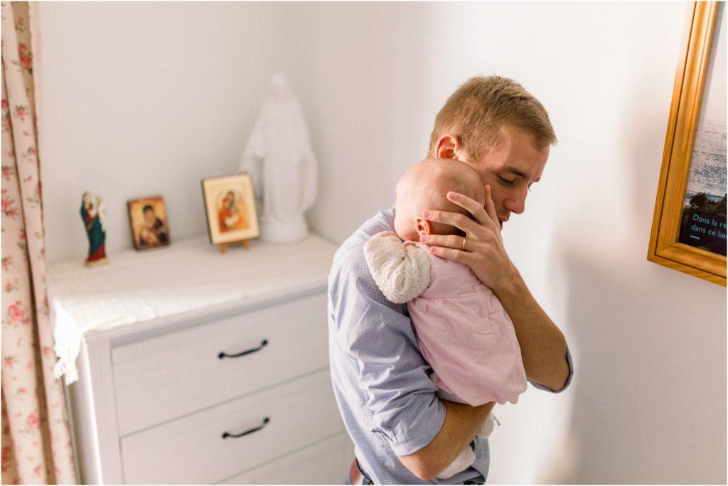 seance photo naissance bébé dans les bras de son papa
