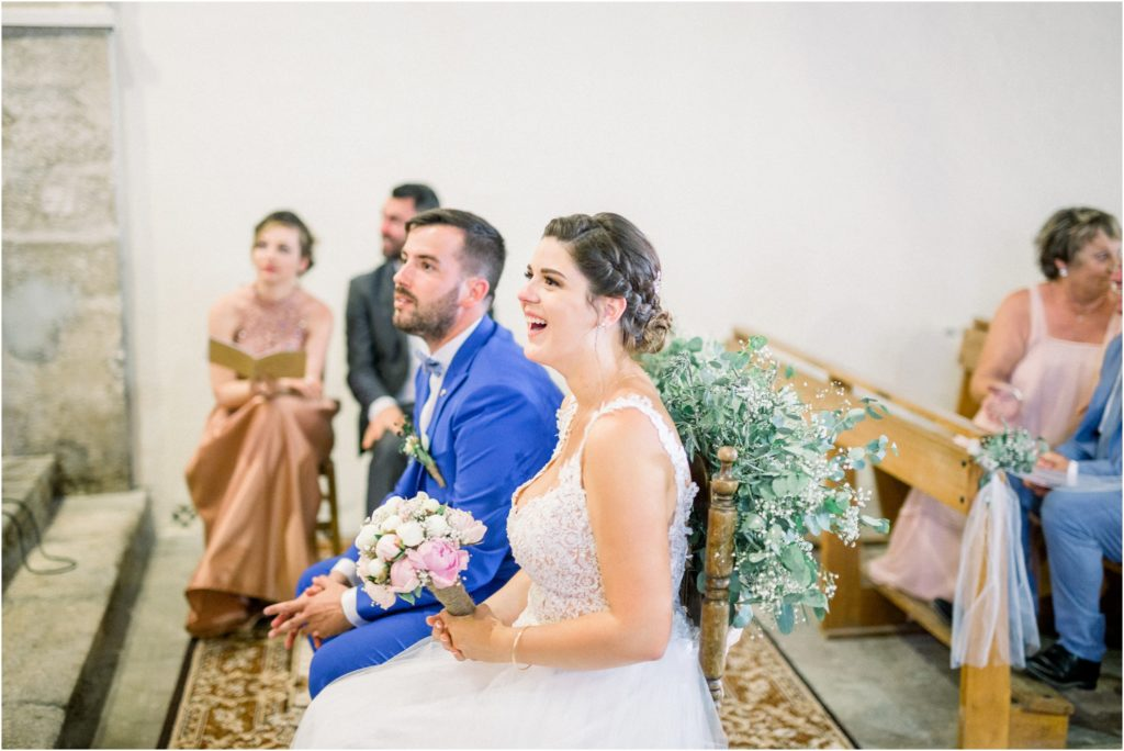 Rire de la mariée lors d'un discours dans l'église pour son mariage vers Manosque
