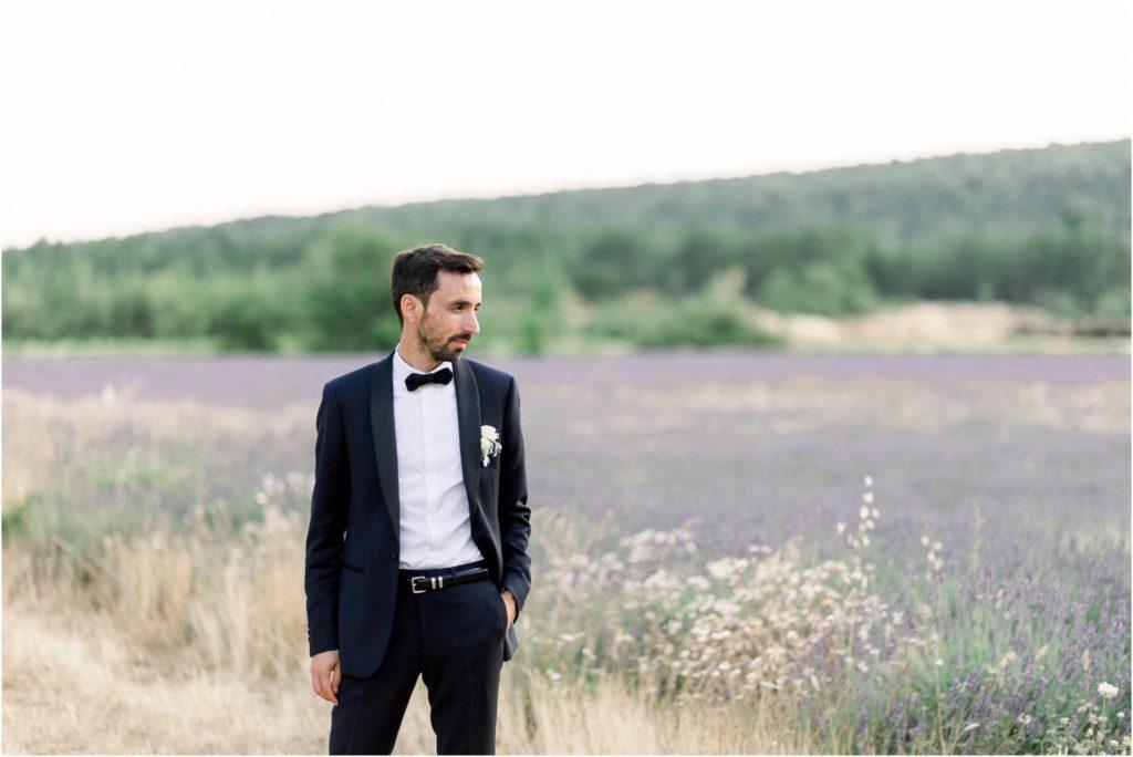 Photo mariage Forcalquier mariés dans champs de lavande l pour leur seance de couple