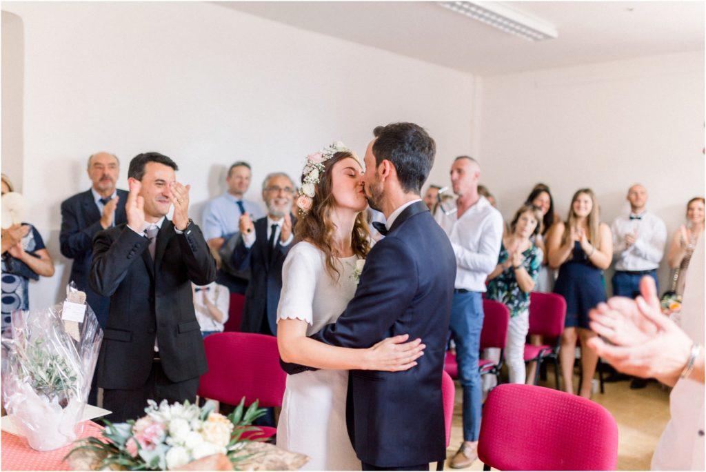 Bisous des mariés à la mairie vers Forcalquier