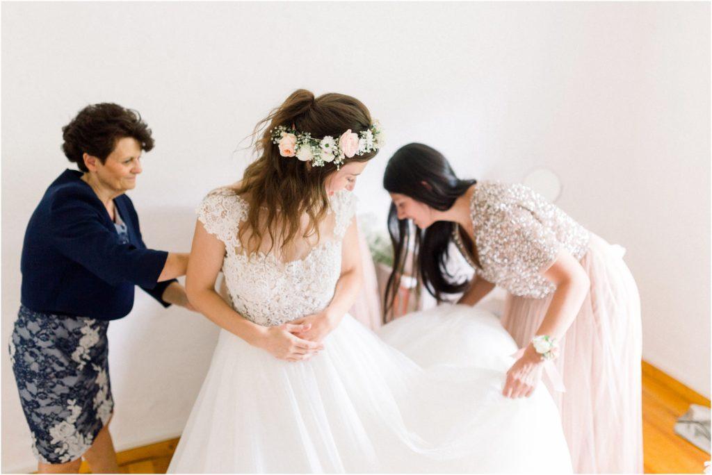 Photo mariage Forcalquier Habillage de la mariée par sa maman et sa témoin