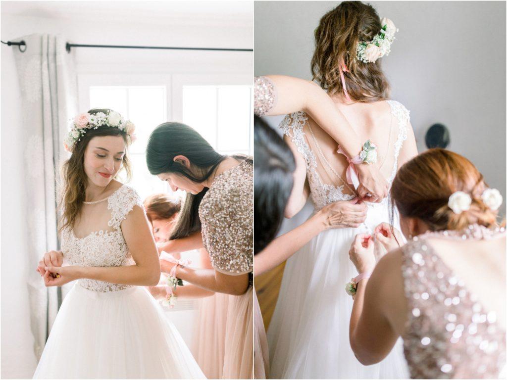 Photo mariage Forcalquier Habillage de la mariée par ses témoins