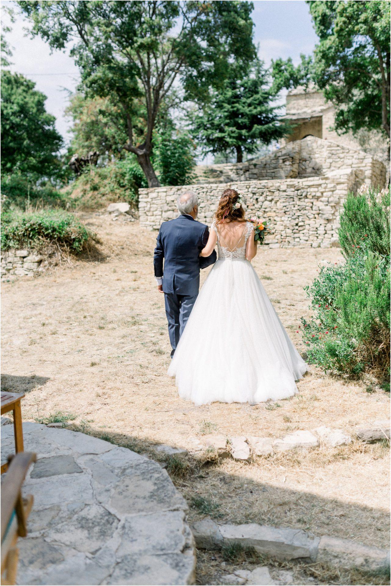 Mariée et son père marchent direction l'église