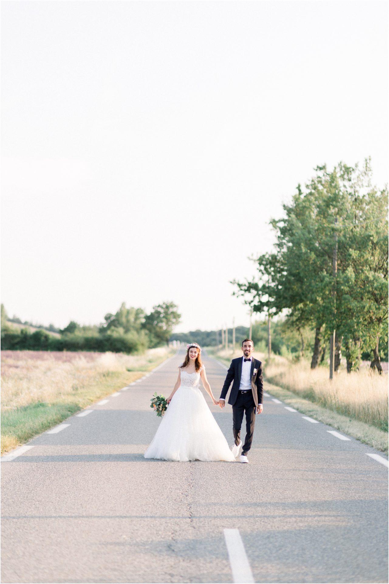 Photo mariage Forcalquier Mariés marchent sur la route