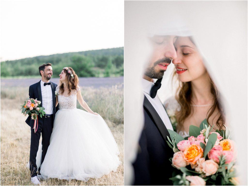 Photo mariage Forcalquier mariés dans champs de lavande au coucher du soleil pour leur seance de couple