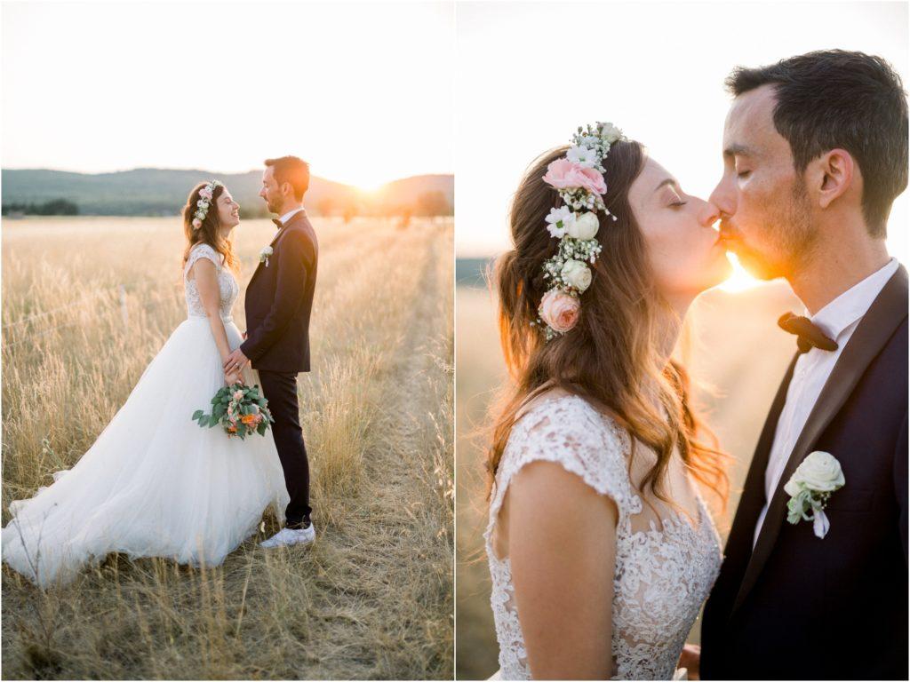 photo mariage Forcalquier photos de couple de mariés dans un champ de blé au coucher du soleil