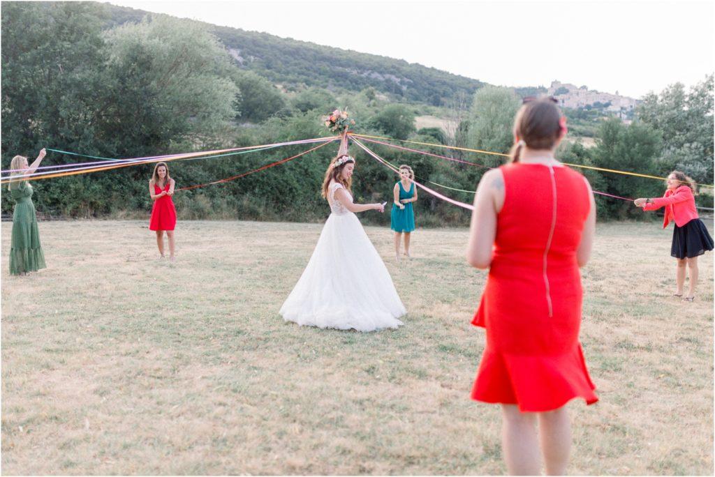 Photo mariage Forcalquier lancer du bouquet