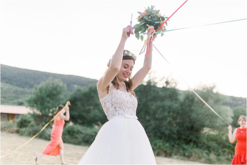 Photo mariage Forcalquier lancée du bouquet