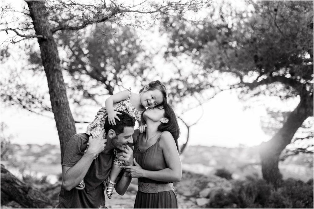 photographe seance photo famille en hauteur de la colline de Cassis avec vue sur la mer