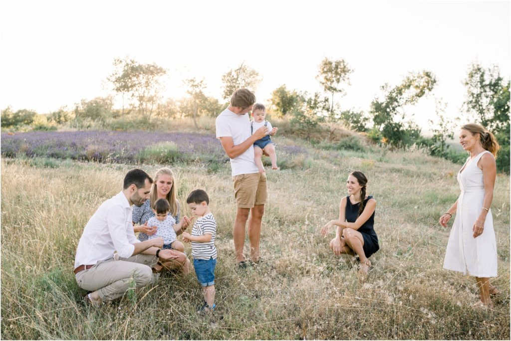 Seance photo famille dans un champs de lavande vers Forcalquier