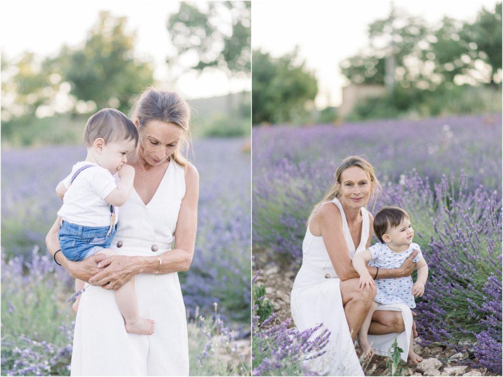 Seance photo avec un photographe à Forcalquier: grand mère et petits enfants dans un champs de lavande