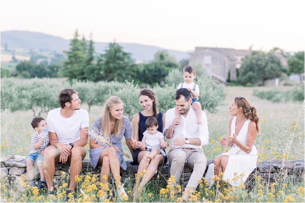 Seance photographe famille entre générations dans un champ d'olivier à Forcalquier