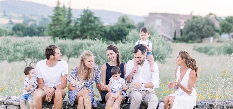 Seance photo famille entre générations à Forcalquier dans un champ d'olivier