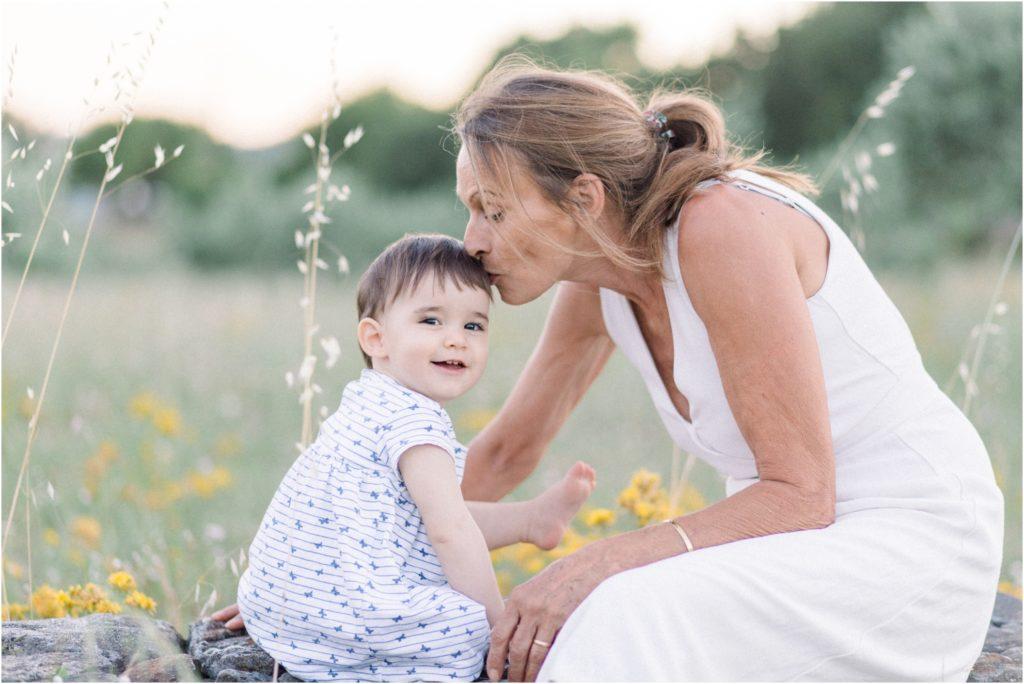 Bisous de la grand mère à sa petite fille pendant une séance photo famille à Forcalquier