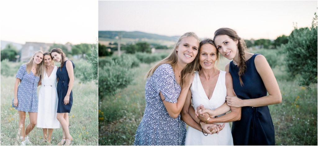Seance photo famille entre mere et filles dans un champ