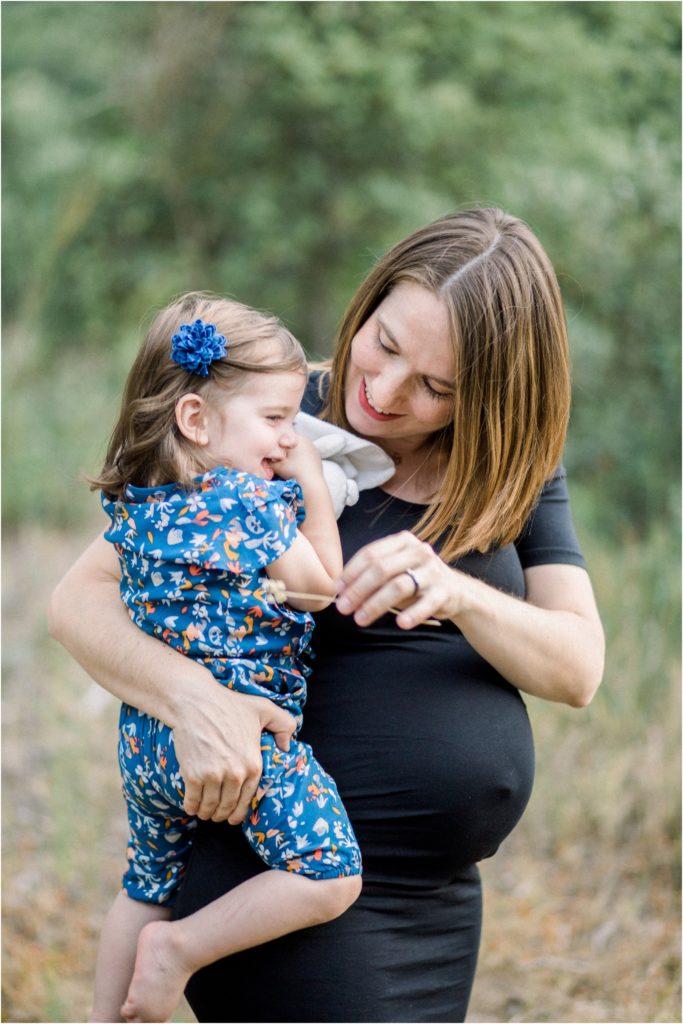 Moment de complicité et de rire entre une future maman et sa fille
