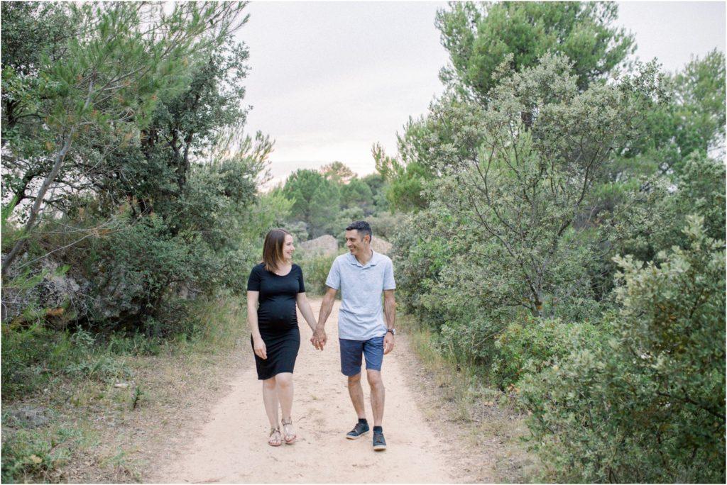 Shooting grossesse vers Aix en Provence dans la nature au coucher du soleil