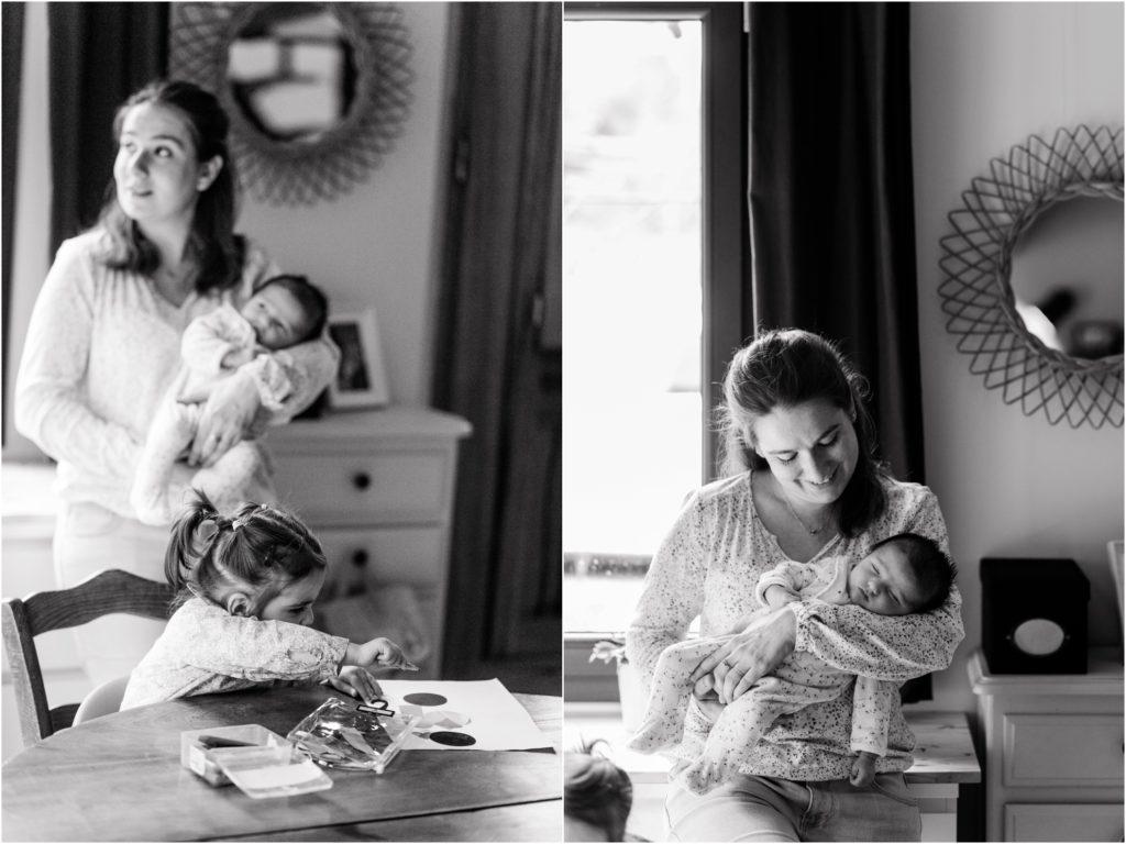 reportage photo famille à domicile avec bébé endormi dans les bras de maman
