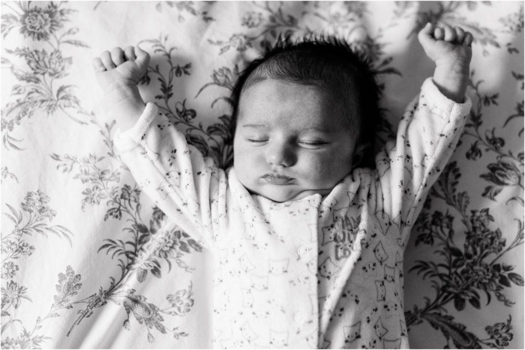seance photo nouveau né bébé s'étire à domicile vers Aix-en-Provence