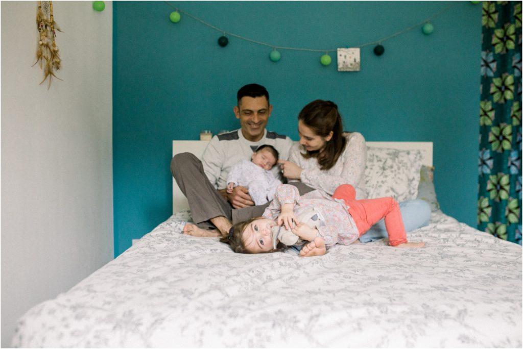 Seance photo de famille à la maison avec parents et enfants sur le lit proche d'Aix en Provence