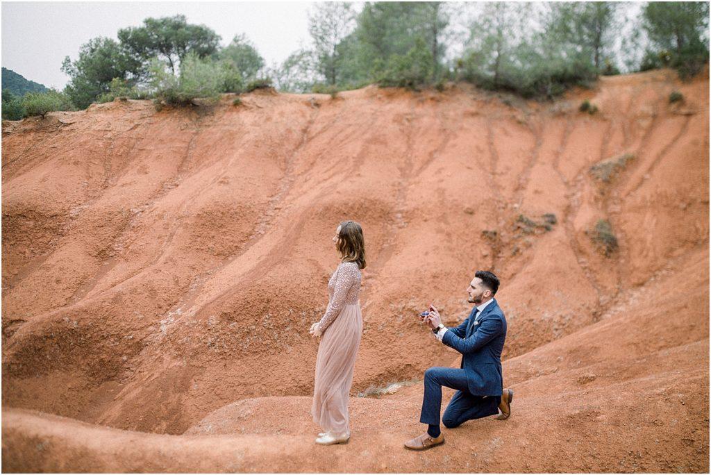 homme à genoux pour une demande en mariage lors d'une séance photo à Aix en Provence