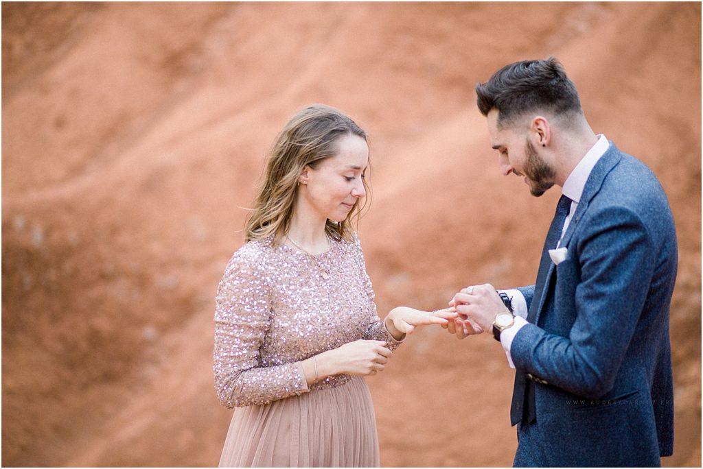 bague au doigt après une demande en mariage immortalisé par une photographe à Aix en Provence