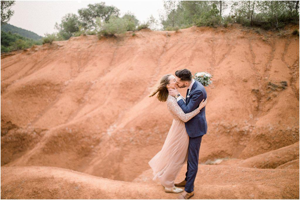 seance photo de couple avec un baiser à Aix en Provence